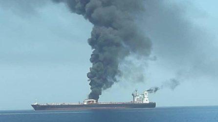 Oman, petroliere in fiamme: esplosioni a bordo