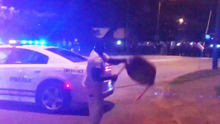 Polizia uccide afroamericano con 20 colpi di pistola, poi si scatena la guerriglia urbana