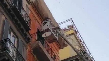 Napoli, cade pezzo di cornicione a via Toledo nei pressi della metro: la zona viene recintata