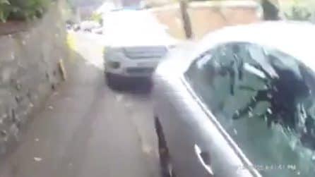 Cane chiuso in auto sotto al sole: poliziotto sfonda il finestrino per liberarlo