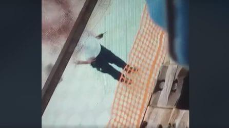 Jorit disegna murales al Centro Direzionale, bloccato da un agente: in un video la polemica
