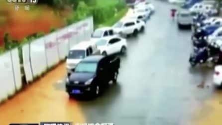 Una valanga di fango e detriti arriva in strada: spazzate via auto e persone