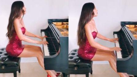 Si siede al pianoforte e dà prova delle sue qualità incredibili