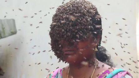 Donna si ricopre il volto con centinaia di api: lo fa con uno scopo ben preciso