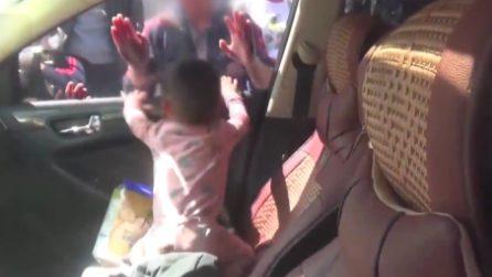 Bimbo di 2 anni intrappolato in auto sotto il sole cocente: momenti di panico