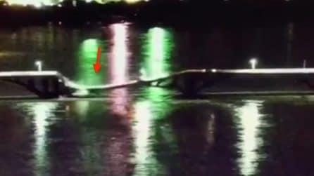 Crolla il viadotto dell'autostrada: le auto finiscono nel fiume