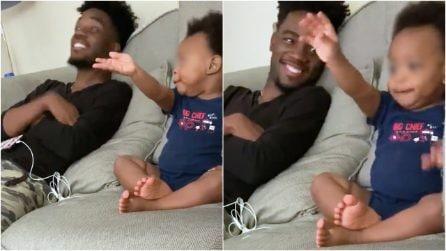 """Papà gli parla e il bimbo di 18 mesi risponde così: la tenera """"conversazione"""" davanti alla tv"""