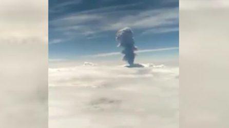Colonna di fumo sfiora la stratosfera, le immagini inquietanti riprese dall'aereo