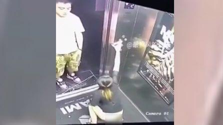 La ragazza non si trattiene: le telecamere riprendono la scena assurda in ascensore