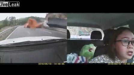È in auto col figlio quando il camion si ribalta: l'incidente è terribile
