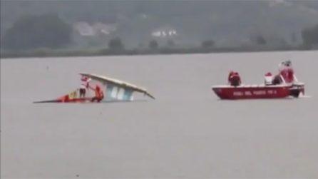 Toscana, catamarano si ribalta con due persone a bordo: il salvataggio dei vigili del fuoco