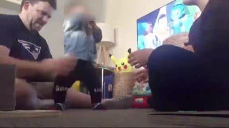 L'emozione del papà che vede i primi passi del figlio di pochi mesi