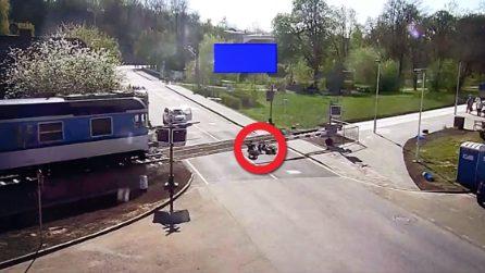 Anziano cade sui binari quando il treno sta per transitare