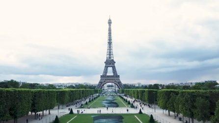 La gigante opera d'arte ai piedi della Torre Eiffel: l'omaggio ai soccorritori in mare