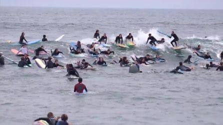 C'è folla per cavalcare l'onda perfetta: troppi surfisti in acqua si scontrano tra loro