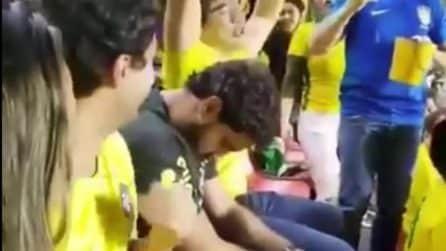 La partita del Brasile lo annoia: il tifoso dorme sugli spalti