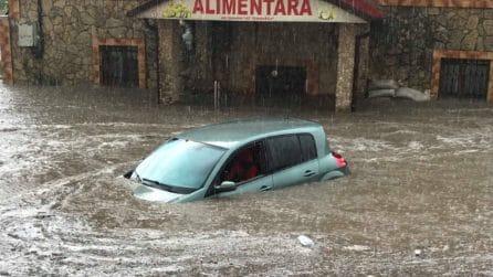 Macchina sommersa, l'acqua penetra all'interno:le spaventose immagini dell'inondazione