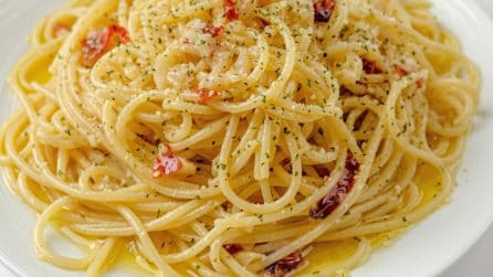 Spaghetti alla carrettiera: the famous italian dish with oil, parsley and garlic!