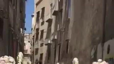 Napoli, una strada del centro chiusa senza autorizzazione per un matrimonio