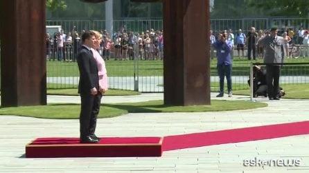Merkel trema visibilmente durante una cerimonia a Berlino