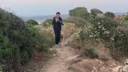 La caduta di Gianni Morandi sul set de L'Isola di Pietro, il video è virale