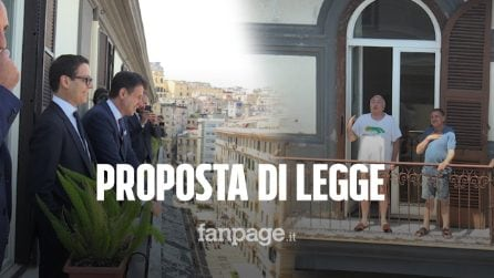 """""""Preside' sblocchi la 788"""": in mutande dal balcone """"dialoga"""" con Giuseppe Conte in visita a Napoli"""