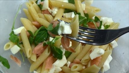 Pennette fredde con mozzarella, rucola e salmone: la ricetta estiva buonissima
