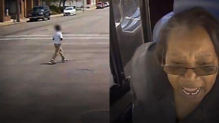 Donna autista scende dal bus per salvare il bimbo autistico che rischia di essere investito