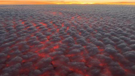 Riprende la scena dall'aereo: le nuvole sono rosso fuoco