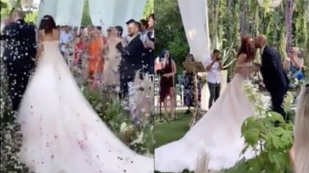 Paola Turani e Riccardo Serpellini, il momento del bacio: il matrimonio da favola