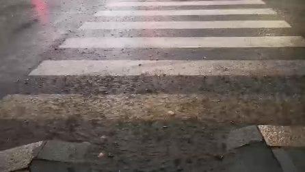 Nubifragio si abbatte su Milano con pioggia e grandine. Strade allagate e vento forte