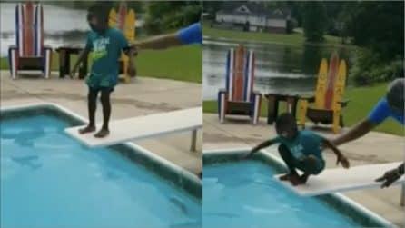 Trema in bilico sul trampolino, poi arrivano i suoi genitori e succede l'impensabile