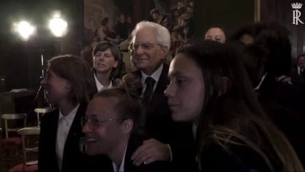 """Il selfie di Mattarella con la nazionale femminile: """"Poi mandatemi la foto"""""""