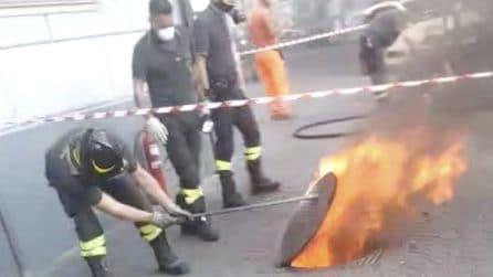 Napoli, incendio nella centralina telefonica sotterranea al Vomero: fiamme e fumo dal tombino