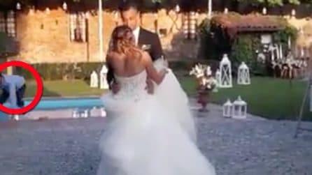 Gli sposi ballano, ma dietro di loro all'improvviso accade qualcosa