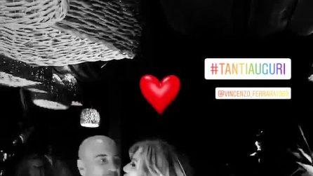I 50 anni di Vincenzo Ferrara, Tina Cipollari lo bacia durante il brindisi