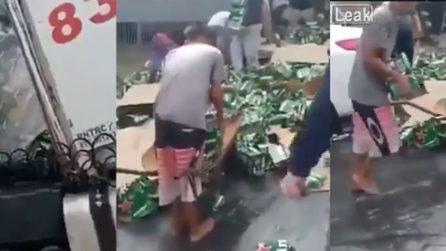 Il camion si ribalta e perde il suo carico: persone si fermano per rubare la birra caduta