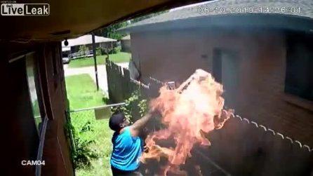Bomba antincendio nella casa del vicino: le immagini choc