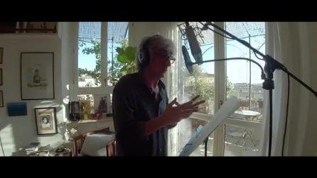 """Sergio Rubini legge """"Occhi chiusi spalle al mare"""", la storia dell'umanità soffocata sui barconi"""