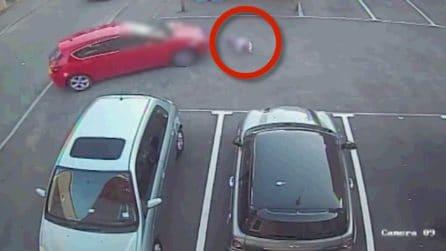 Bambina di 6 anni cade dallo scooter, poi un automobilista la travolge: immagini choc