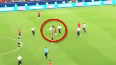 Jara mette lo sgambetto all'invasore di campo, Suarez ne chiede l'espulsione: la decisone dell'arbitro