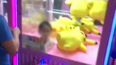 Bimba intrappolata nella macchinetta dei pupazzi: attimi di paura