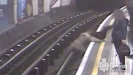Londra, spinse 91enne sui binari della metropolitana, arriva la condanna: le immagini tremende