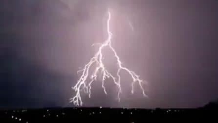 L'impressionante tempesta di fulmini illumina il cielo: l'inquietante temporale
