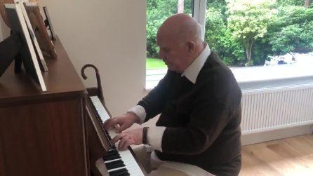 È affetto da demenza senile, ma quando si mette al piano sorprende suo figlio