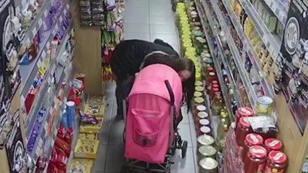 Entra nel supermercato con il passeggino e si avvicina agli scaffali: quello che fa è riprovevole