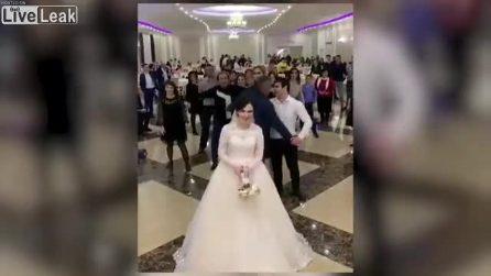 La sposa lancia il boquet: dietro di lei scoppia una guerra per prenderlo