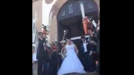 Niente riso sugli sposi: ecco gli invitati cosa fanno per festeggiarli all'uscita della chiesa