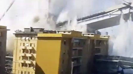 Crollo Ponte Morandi: le macerie sfiorano i palazzi