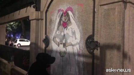 Bacio fra Kate e Meghan: il murales di Tvboy per il Milano Pride